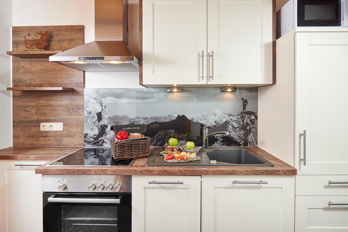 weiße Küchenzeile mit Holzarbeitsplatte auf der Lebensmittel stehen
