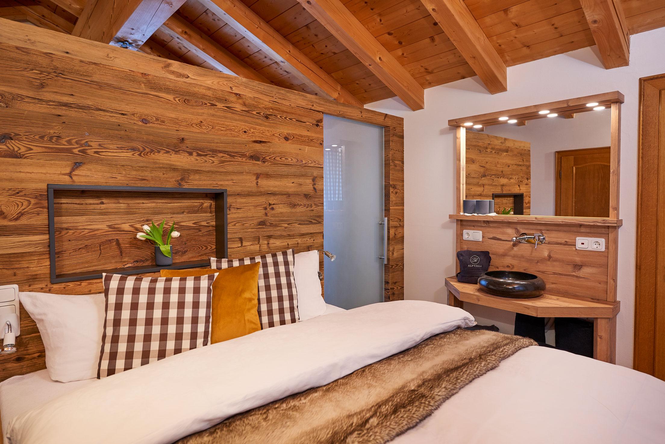 Bett mit braunen Akzenten durch Felldecke und Kissenbezüge