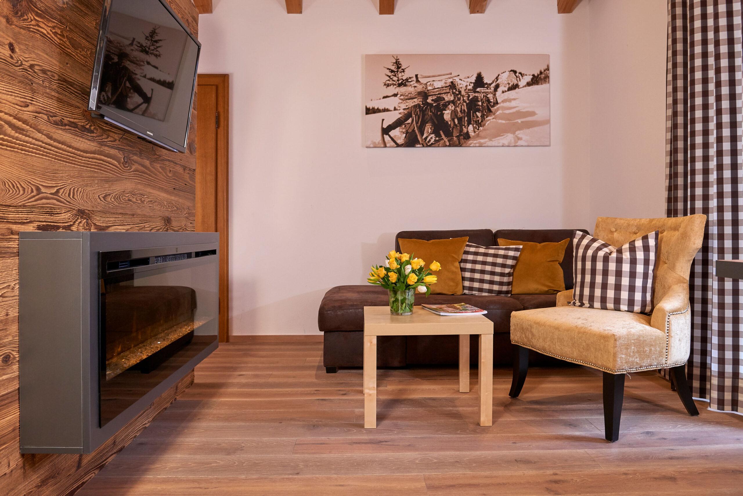 Kamin mit kleiner Couch und Sessel