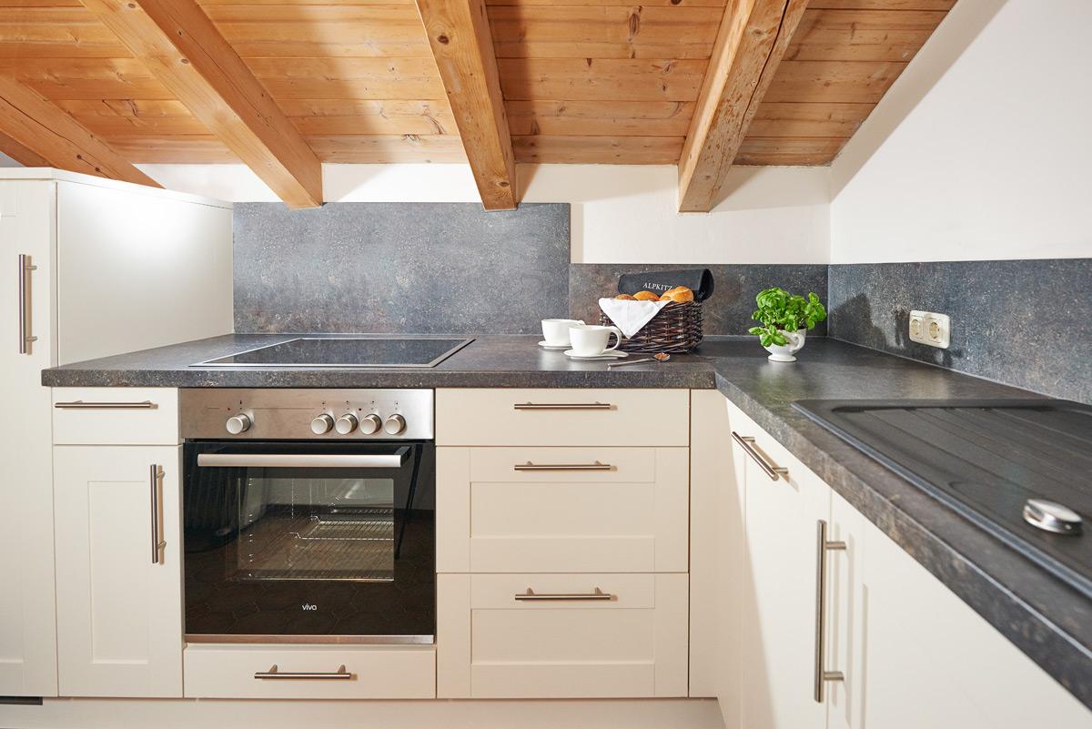 weiße Küchenzeile mit dunkler Arbeitsplatte