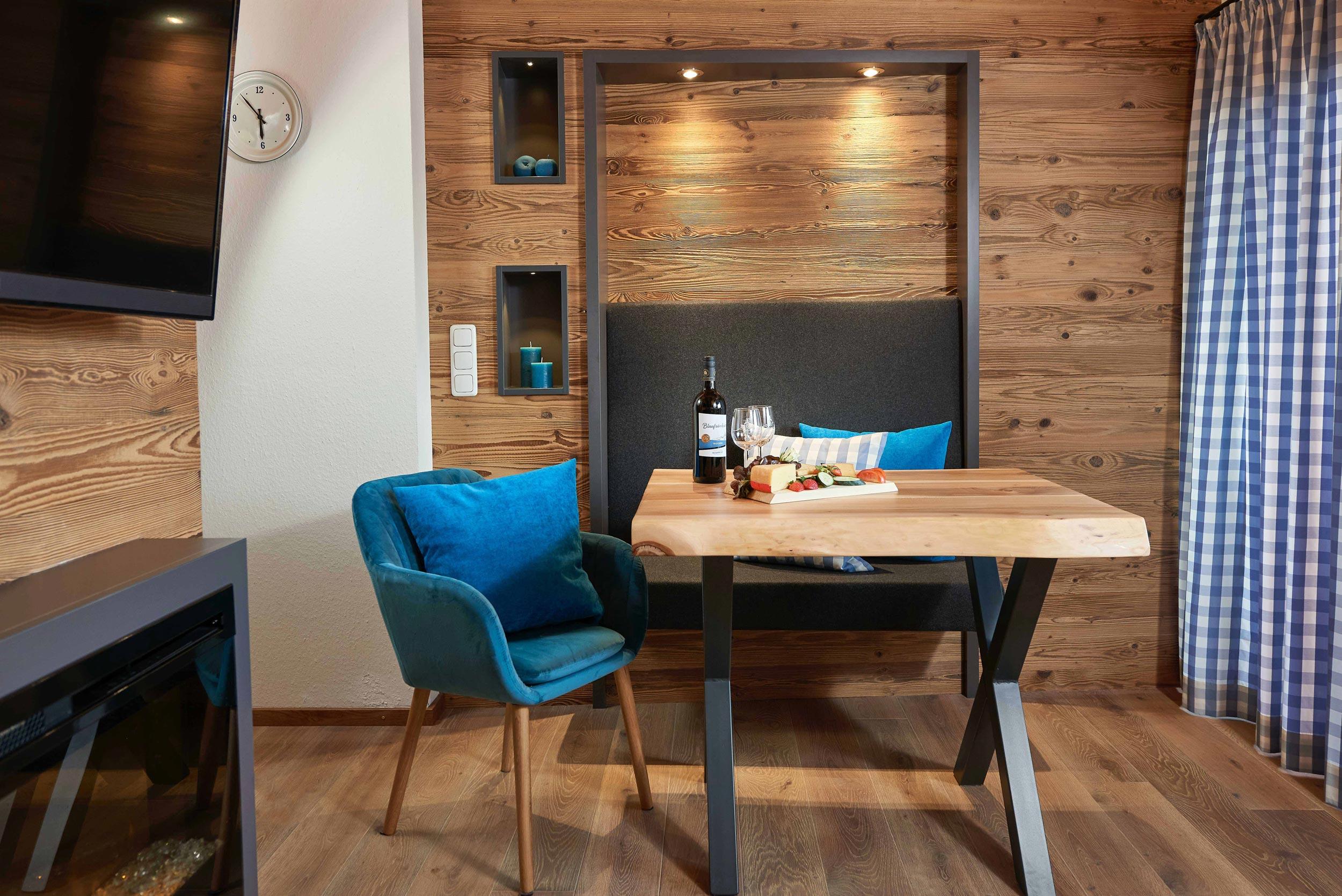 Esstisch mit Brotzeitplatte, Stuhl und Bank