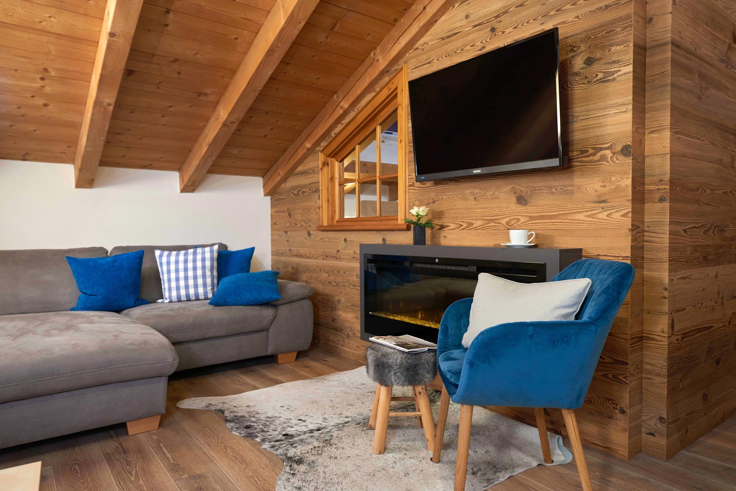 Wohnzimmer mit Kamin und Sofamöbeln