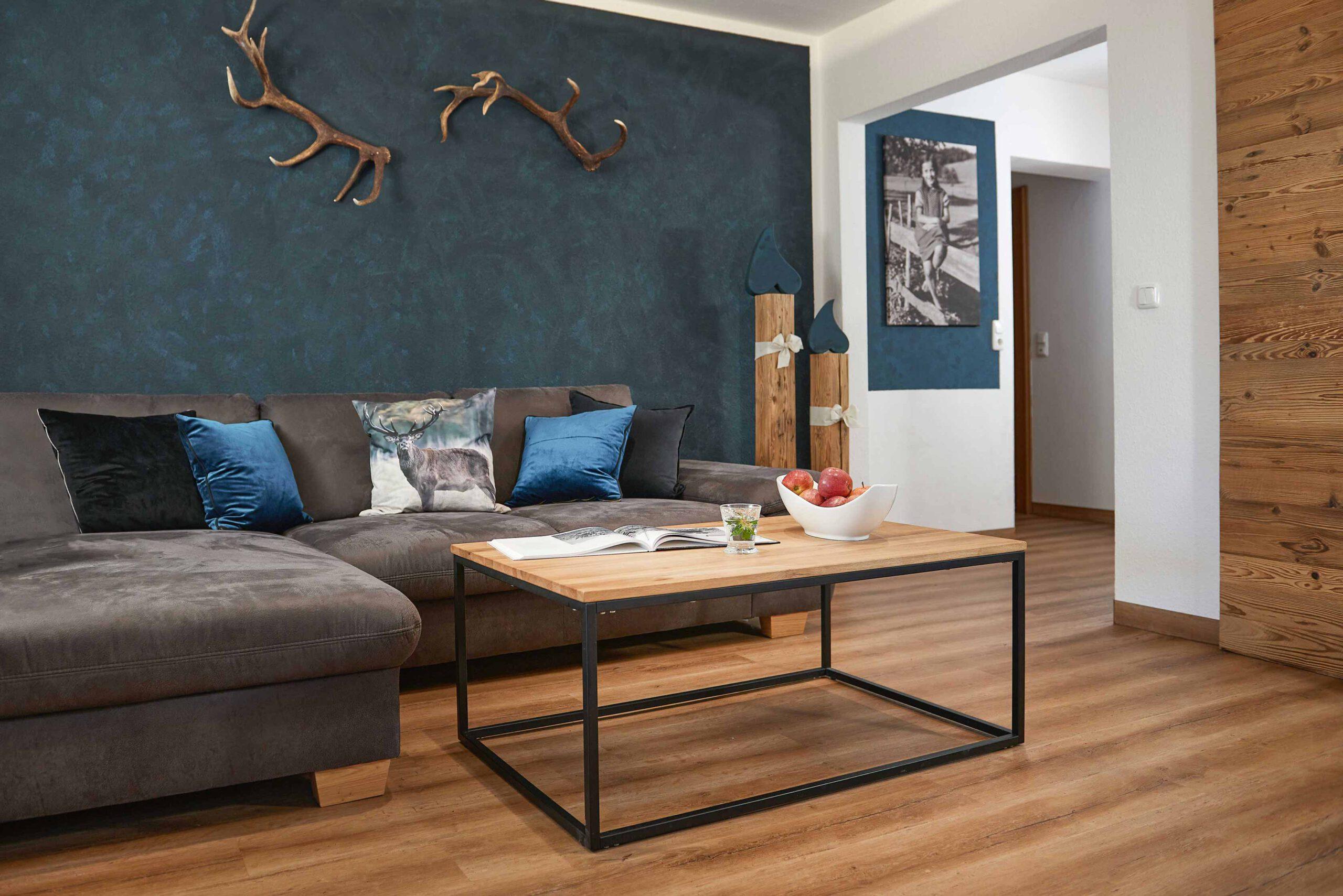 Couch mit Couchtisch im Wohnzimmer