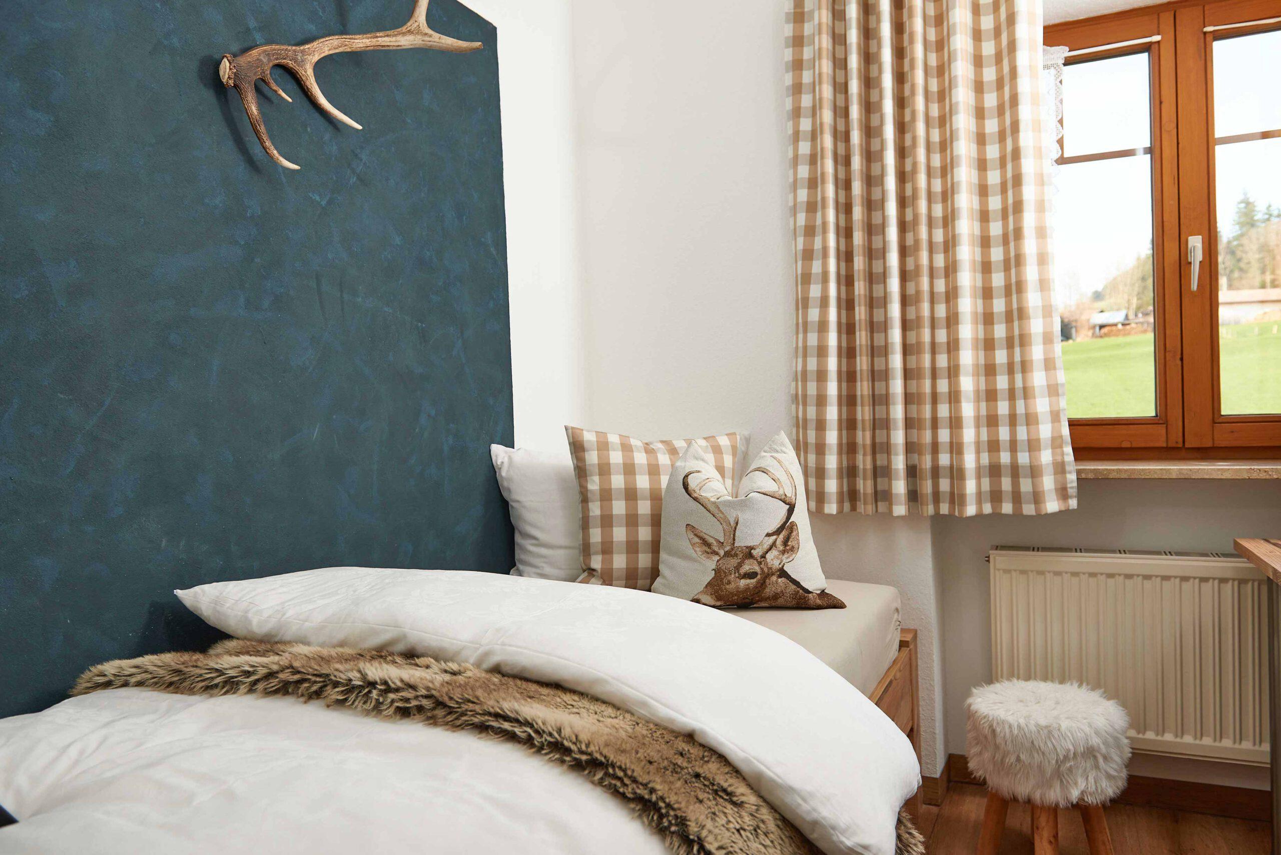 Kinderschlafzimmer mit Holzbett im Landhausstil