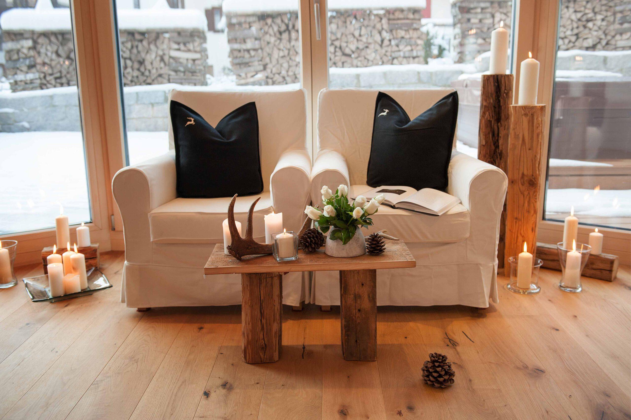Zwei weiße Sessel
