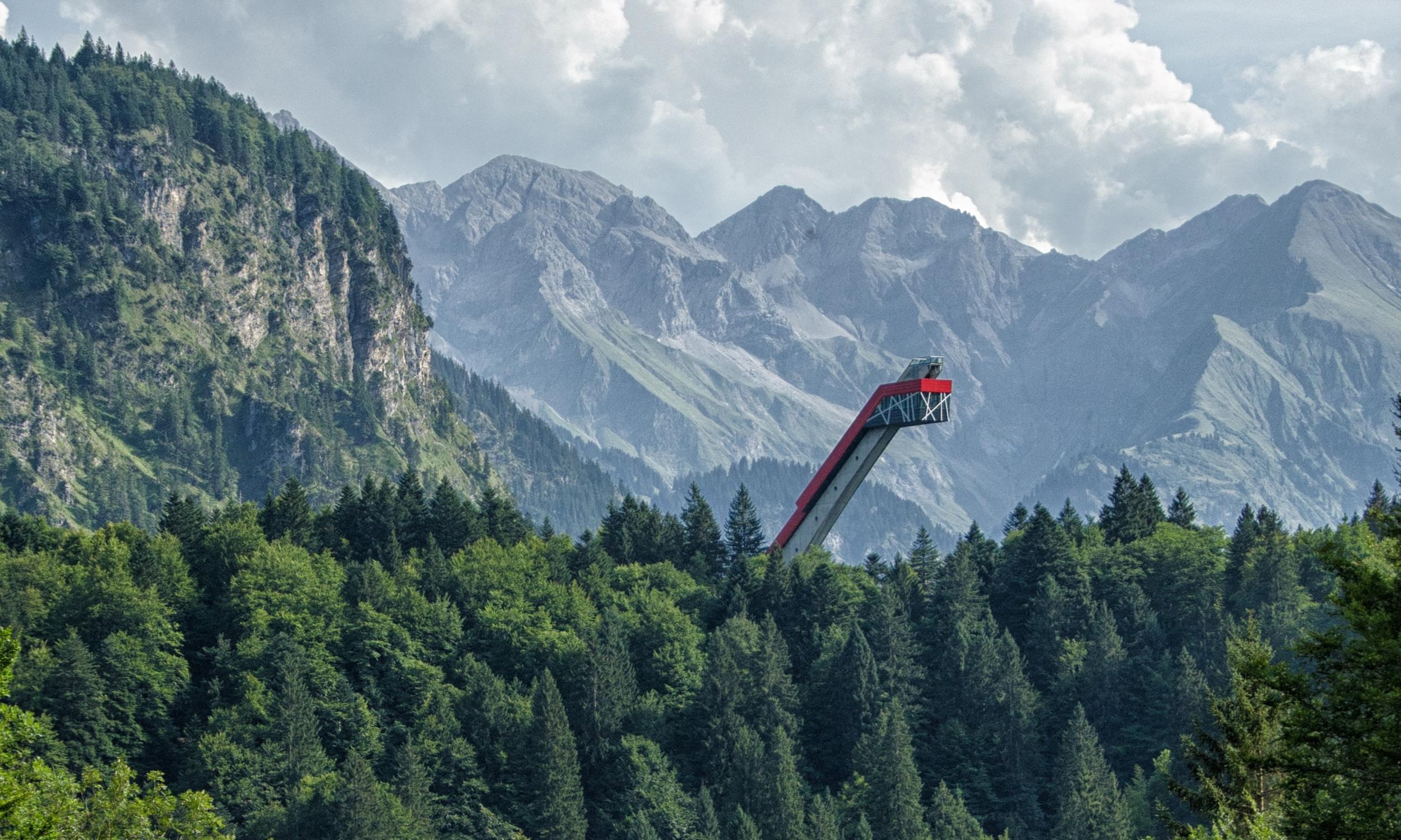 Skiflugschanze vor Alpenkulisse