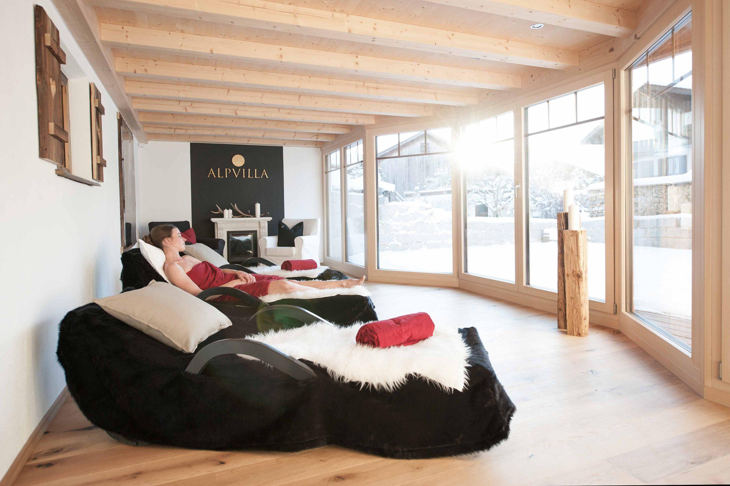 Ruheraum zum Entspannen mit Massageliegen